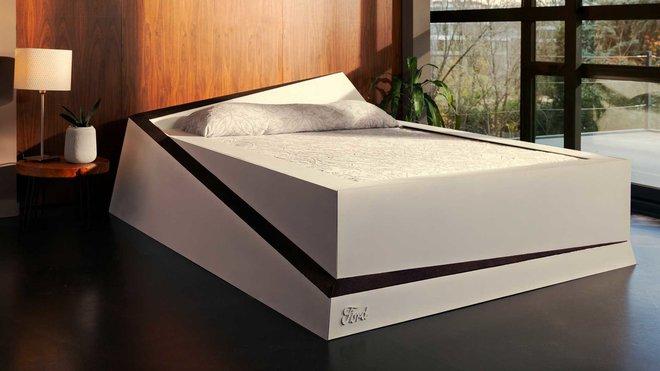 """Speciální postel Ford """"Lane-Keeping Bed"""" udrží každého partnera na jeho straně"""