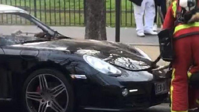 Pařížští hasiči se snažili najít motor ohořelého Porsche Cayman v předním úložném prostoru