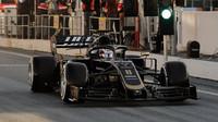 Romain Grosjean v novém voze Haas VF-19 Ferrari při testech v Barceloně