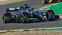 Valtteri Bottas v novém voze Mercedes F1 W10 EQ Power+ při testech v Barceloně