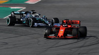 Sebastian Vettel a Valtteri Bottas při testech v Barceloně