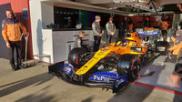 Carlos Sainz před výjezdem s McLarenem MCL34