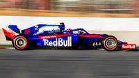 Daniil Kvjat v novém voze Toro Rosso STR14 - Honda při testech v Barceloně