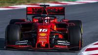 Charles Leclerc v novém voze Ferrari SF90 při druhém dni testů v Barceloně