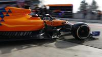 Carlos Sainz v novém voze RMcLaren MCL34 - Renault při testech v Barceloně