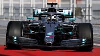 Lewis Hamilton v novém voze Mercedes F1 W10 EQ Power+ při testech v Barceloně