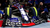 Alexander Algon v novém voze Toro Rosso STR14 - Honda při druhém dni testů v Barceloně