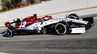 Antonio Giovinazzi s Alfou Romeo C38 během testů v Barceloně
