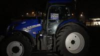 Policisté zabavili nepojištěný traktor, jehož řidič se pokoušel závodit s motorkáři