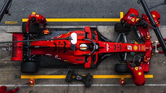 Sebastian Vettel ve voze Ferrari SF90 při třetím dnu testů v Barceloně