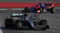 Lewis Hamilton ve voze Mercedes F1 W10 EQ Power+ při třetím dnu testů v Barceloně