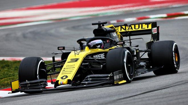 Daniel Ricciardo s Renaultem RS19 během testů v Barceloně