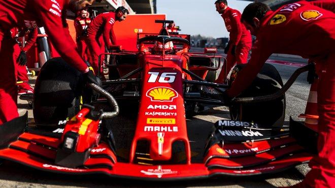 Charles Leclerc ve voze Ferrari SF90 při čtvrtém dnu testů v Barceloně