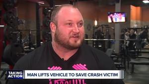 Vzpěrač dokázal nadzvednout nabouraný Jeep, aby pomohl uvězněnému člověku (YouTube/WXYZ-TV Detroit   Channel 7)