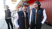 Fernando Alonso na návštěvě u McLarenu v rámci druhých předsezonních testů v Barceloně