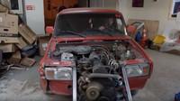 Spojením dvou motorů dostala Lada 2.7 litrový řadový osmiválec (YouTube/Garage 54 ENG)