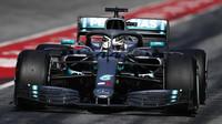 Lewis Hamilton v rámci druhého dne druhých předsezonních testů v Barceloně
