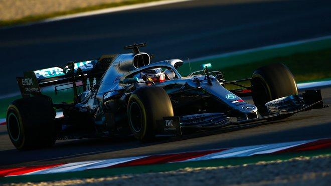 Lewis Hamilton s vozem W10 při testech v Barceloně