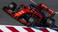 Charles Leclerc v s Ferrari SF90 ve čtvrtek v Barceloně