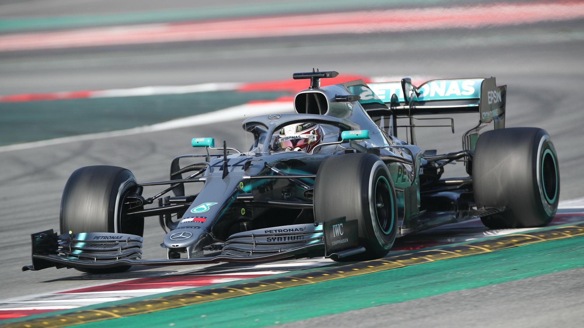 Lewis Hamilton s Mercedesem W10 během testů v Barceloně