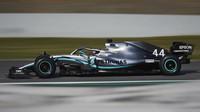Lewis Hamilton v rámci posledního dne druhých předsezonních testů v Barceloně