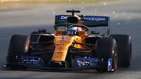 Carlos Sainz s McLarenem MCL34 poháněným Renaultem