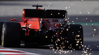 Jiskry za vozem Ferrari SF90 Sebastiana Vettela