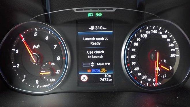 Režim Launch Control ve voze Hyundai i30N (Youtube/ AutoTopNL)