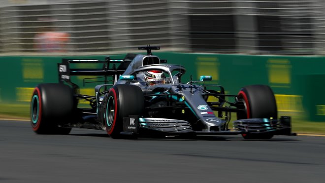 Lewis Hamilton s použitím DRS v tréninku v Melbourne