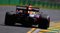 Max Verstappen na rovince v Melbourne s otevřeným zadním křídlem svého Red Bullu RB15
