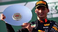 Max Verstappen se svou trofejí za třetí místo po závodě v Melbourne