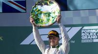 Valtteri Bottas se svou trofejí za vítězství po závodě v Melbourne
