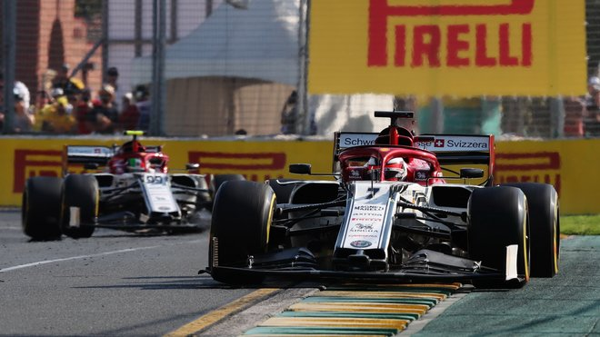 Kimi Räikkönen před svým týmových kolegou Antoniem Giovinazzim v GP Austrálie