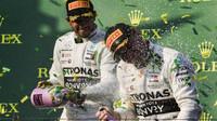 Lewis Hamilton a Valtteri Bottas si užívají vítězství po závodě v Melbourne