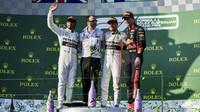 Tři nejlepší jezdci na pódiu po závodě v Melbourne