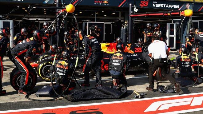 Max Verstappen u mechaniků Red Bullu