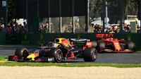 Max Verstappen v Melbourne před Ferrari Charlese Leclerca