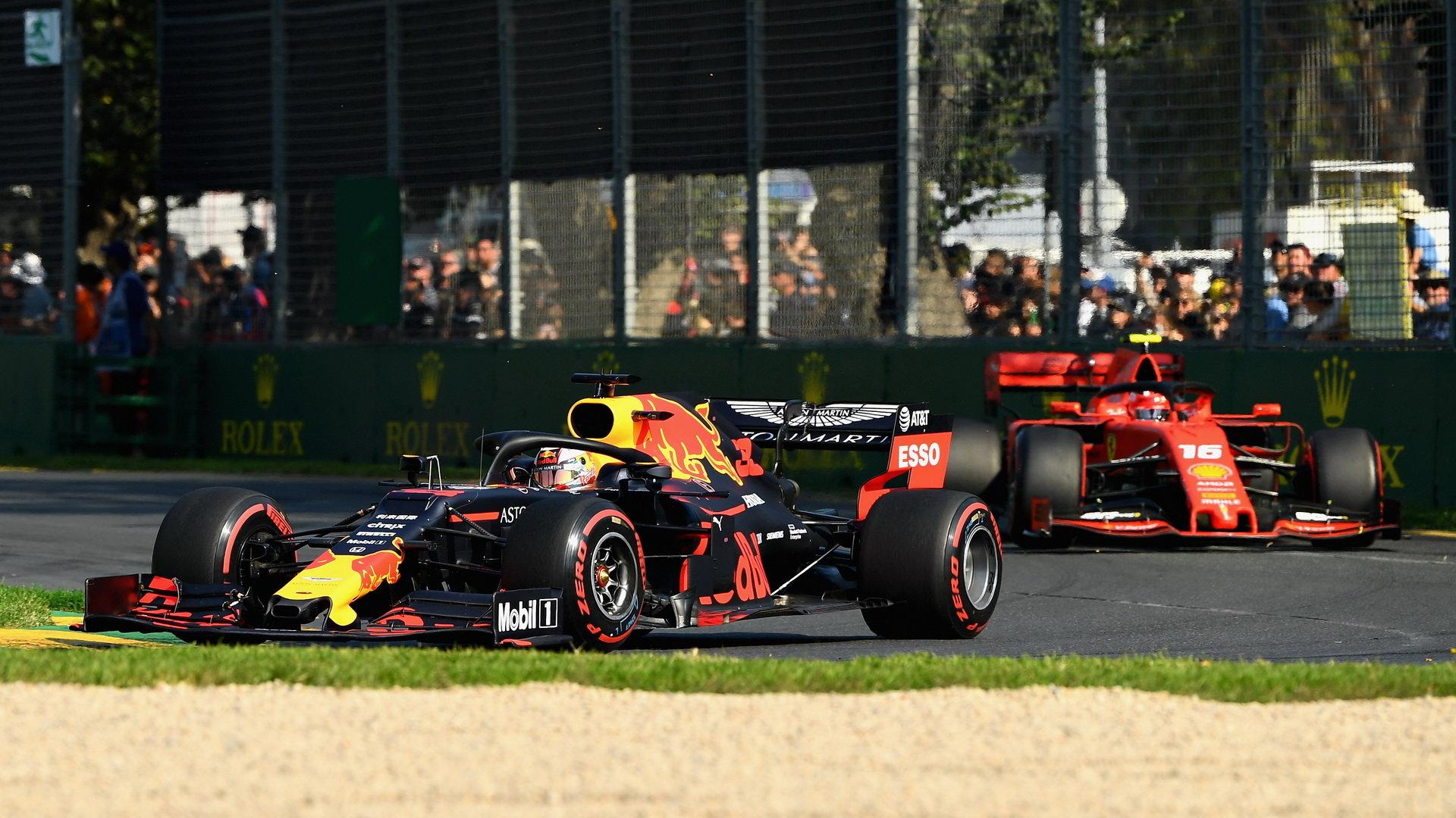 Verstappen v úvodním závodě sezóny před Leclercem