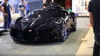 Bugatti La Voiture Noire na záběrech z konce ženevského autosalonu (YouTube/SellerieCimes)