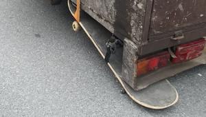 Řidiči Felicie chybělo kolo u vleku, tak použil skateboard. Policisté příliš nadšení nebyli - anotační obrázek