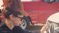 Ashley Gutierrez, kamarádka Lady Gaga, a v pozadí její Ford F-150 SVT Lightning