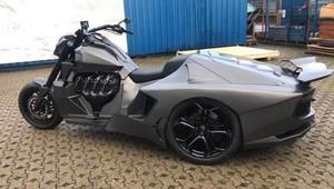 Motorka křížená s Lamborghini? Tahle výstřední hračka ukrývá V8 a 445 koní - anotační obrázek