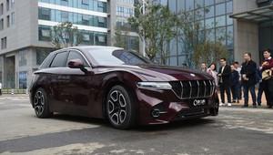 Číňané ukázalí vodíkový vůz, ujede 1000 km a má dveře jako Lamborghini - anotační obrázek
