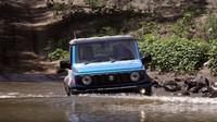 "Suzuki Jimny a Toyota Land Cruiser ""Troopie"" během testu v Austrálii (YouTube/CarsGuide)"