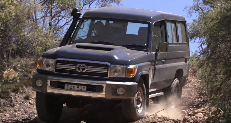 "Suzuki Jimny a Toyota Land Cruiser ""Troopie"" během testu v terénu (YouTube/CarsGuide)"