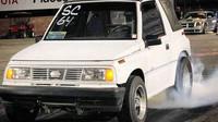 Unikátní Suzuki Vitara, v USA prodávaná jako Geo Metro, s motorem V8