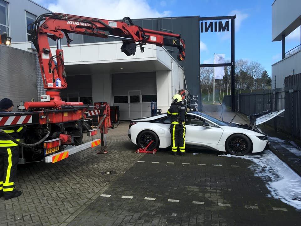 Nizozemští hasiči se vypořádali s požárem BMW i8 originálně
