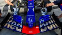 Přední křídlo vozu Toro Rosso v tréninku v Bahrajnu