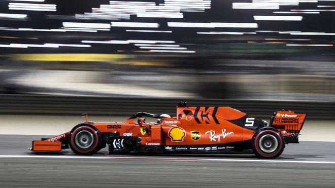 Sebastian Vettel v Bahrajnu na svého nového týmového kolegu nestačí