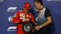 Charles Leclerc bere první místo v kvalifikaci v Bahrajnu